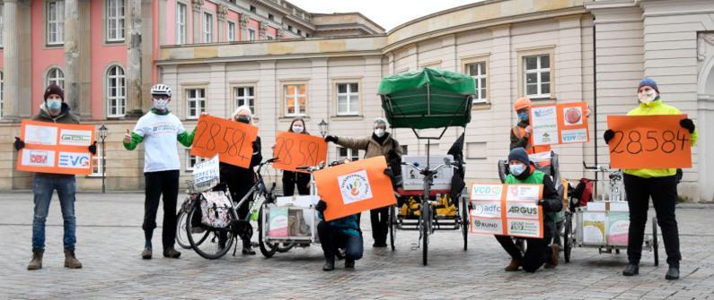 """Volksinitiative """"Verkehrswende Brandenburg jetzt!"""" übergibt mit Fahrrad-Corso 28.584 Unterschriften an den Landtag"""